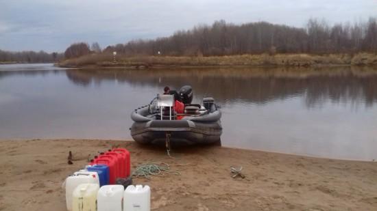 7Б. Ваня готовит лодку.jpg